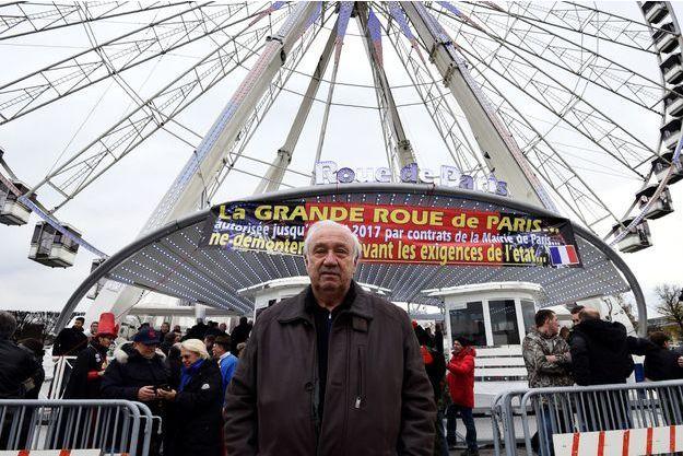 Marcel Campion devant la Grande Roue de la place de la Concorde.