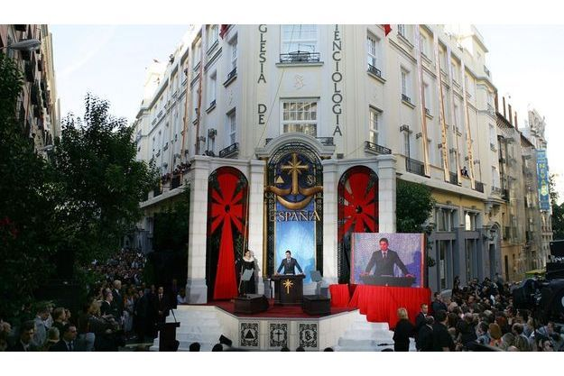 Secte ou religion? Chaque pays a son opinion sur la question. L'Espagne a inscrit la scientologie au registre légal des religions en 2007. De nombreuses stars défendent la scientologie, ici Tom Cruise lors de l'inauguration d'une église en Espagne.