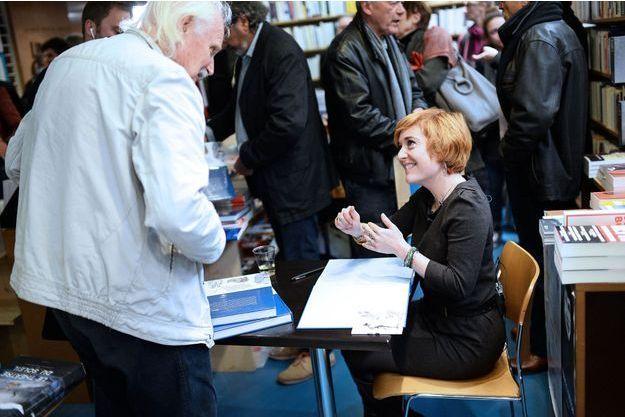 Chloé Verlhac dédicace le livre hommage à Tignous, à Paris.