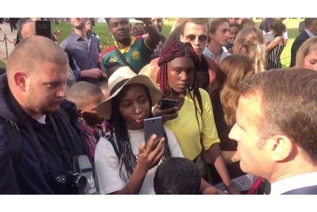 Jonathan à gauche, discutant avec Emmanuel Macron.