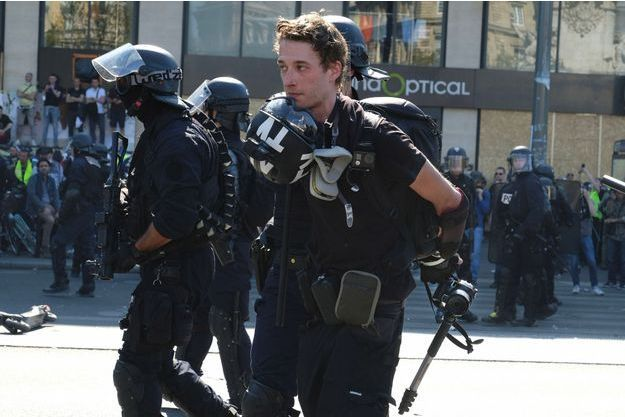 Arrestation du journaliste Gaspard Glanz, samedi à Paris.