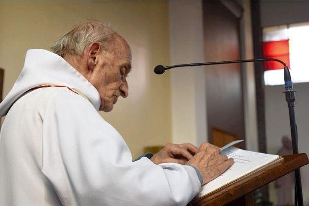 Pendant la célébration d'une profession de foi, le 11 juin 2016. L'abbé Jacques Hamel exerçait depuis cinquante-huit ans.