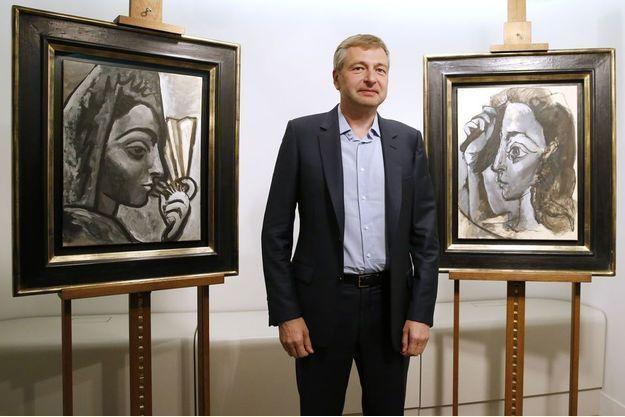 En 2015, Dmitri Rybolovlev entre les deux tableaux de Picasso : « Espagnole à l'éventail » et « Femme se coiffant ».
