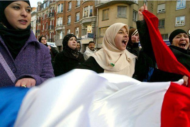 """En 2004, de jeunes musulmanes avaient manifesté en France contre la loi interdisant le port de """"signes ou tenues par lesquelles les élèves manifestent ostensiblement une appartenance religieuse"""" à l'école."""