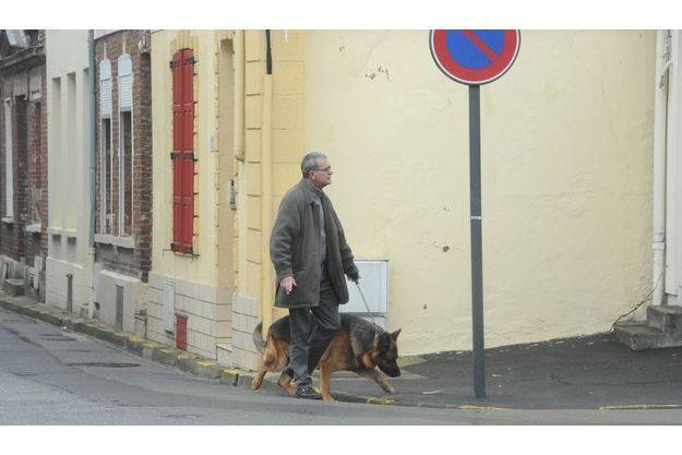 Philippe Loret, promène son chien à Saint-Quentin.