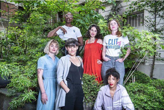Nos fières combattantes d'une parole libérée, photographiées à Paris, boulevard Barbès. De gauche à droite : Julia, Jüne, Camille (lunettes), Dora, Sarah et Elvire (assise).