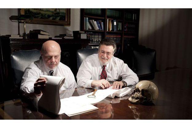 Bill Fleisher (à dr.), un des fondateurs de la Vidocq Society, et Nate Gordon, un des premiers membres du club, se penchent sur un « polygraphe », les données issues d'un passage au détecteur de mensonge.