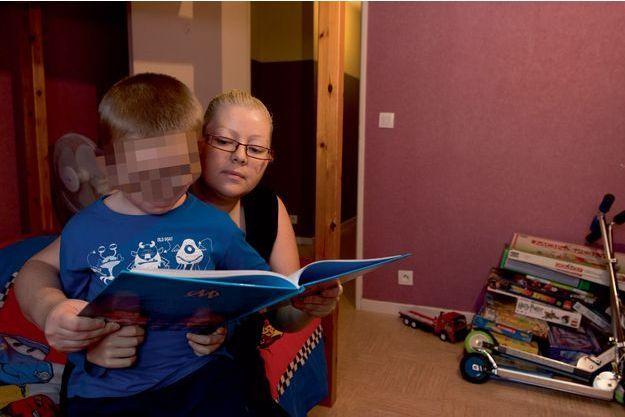 Dans sa chambre, vendredi 3 avril avec sa mère, Cédric* lit un livre sur le foot, sa passion. Il fait partie des victimes de Romain Farina.
