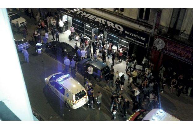 Quelques minutes après : rue Gambetta, une voiture de police et un véhicule de premiers secours viennent d'arriver devant le Theatro. Déjà, les témoins se penchent sur les blessés.