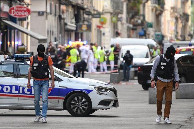 Les enquêteurs devant les lieux de l'explosion, à Lyon, le 24 mai 2019.