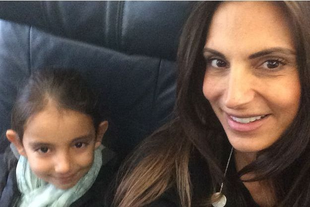 Maude Versini et sa fille Tara dans l'avion qui les emmène au Mexique, le 19 décembre dernier.