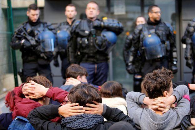 Des lycéens à Marseille devant les policiers.