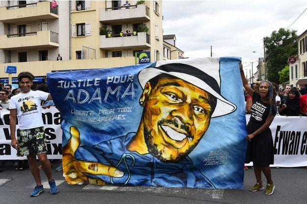 Une banderole sur laquelle figure le visage d'Adama Traoré brandi lors d'une marche à Beaumont-sur-Oise.