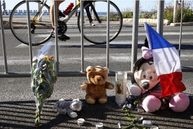Des fleurs et des peluches sur la Promenade des Anglais pour les enfants blessés et tués le 14 juillet