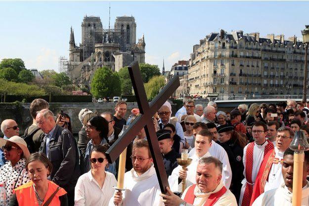 La célébration du vendredi saint est présidée par l'archevêque de Paris Michel Aupetit, sur l'île Saint-Louis, le 19 avril.