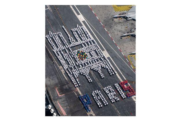 Notre Dame De Paris L Hommage Original Des Marins Du Porte Avions