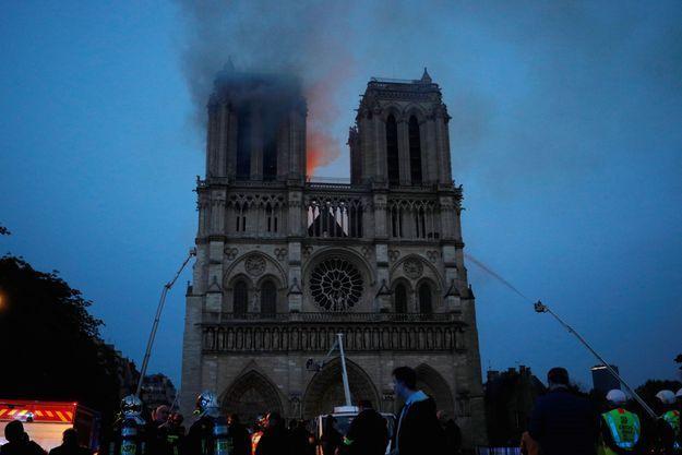 Le 15 avril, dans la soirée, les pompiers luttent contre les flammes qui ravagent Notre-Dame.