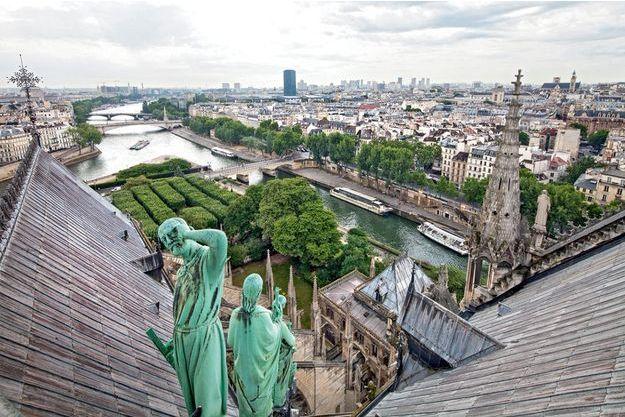 A la base de la flèche, Eugène Viollet-le-Duc, qui avait prêté ses traits à la statue de l'apôtre Thomas, contemplait son œuvre.