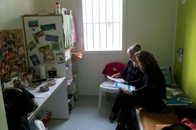 Jacqueline Sauvage, 68 ans, dans la prison de Saran (Loiret), le 27 janvier, pendant la visite des députées LR Nathalie Kosciusko-Morizet et Valérie Boyer.