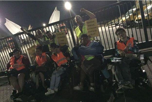 19 personnes dont 15 en situation de handicap (8 en fauteuil roulant) ont barré le passage au convoi de pièces d'un A380.