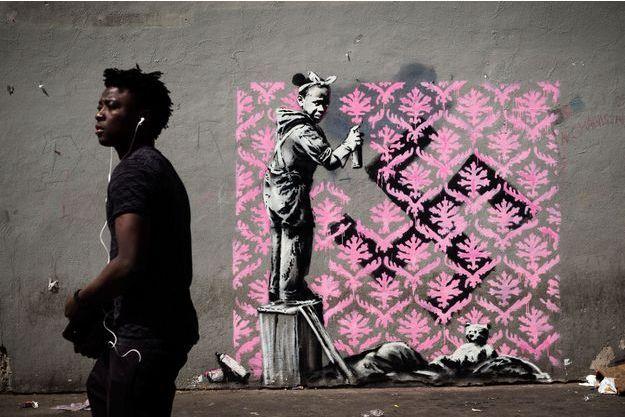 """Une oeuvre près de l'ancien """"centre de premier accueil"""" des réfugiés Porte de la Chapelle à Paris, attribuée à Banksy."""