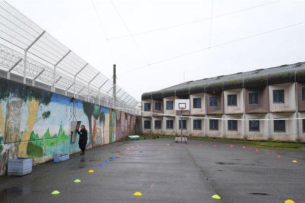 Une détenue utilise une ligne téléphonique dans la cour de la prison de Strasbourg, en mars dernier.