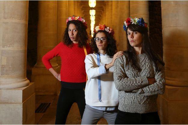 Ni sourire ni séduction ! Photographiées dans une allée du Palais Royal à Paris, Elvire, Tara et Pauline (de g. à dr.), Femen françaises