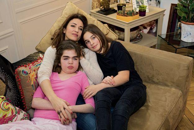 Autour d'Ornella, 14 ans, sa mère, Karen, et sa petite sœur, Salomé, 12 ans, chez elles, à Paris.