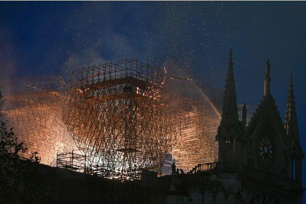 La cathédrale Notre-Dame de Paris, en feu lundi soir.