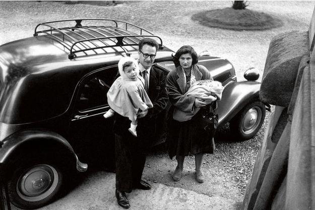 Simone Veil, à 21 ans, déjà deux enfants. Dans ses bras, Nicolas, nouveau-né. Dans ceux de son mari, Antoine Veil, leur fils aîné, Jean, 13 mois.