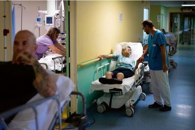 Rolando, 98 ans et une mauvaise chute, attend depuis deux heures et demi d'être examinée. Les équipes la connaissent : deux jours auparavant, Rolande avait appelé le Smur pour son mari mourant.