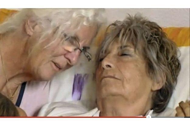 Michèle Causse, qui a voulu que sa mort soit filmée, décide de s'éteindre le jour de son anniversaire, avec l'aide d'une accompagnatrice de l'association Dignitas en Suisse.
