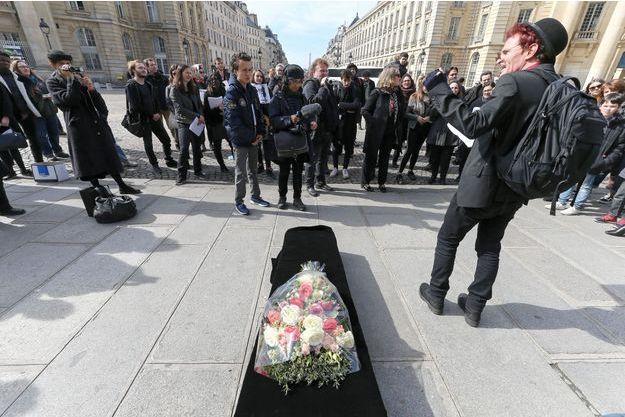 Des grévistes avaient déposé un cercueil en guise de symbole le 24 mars dernier sur les marches du Panthéon à Paris.