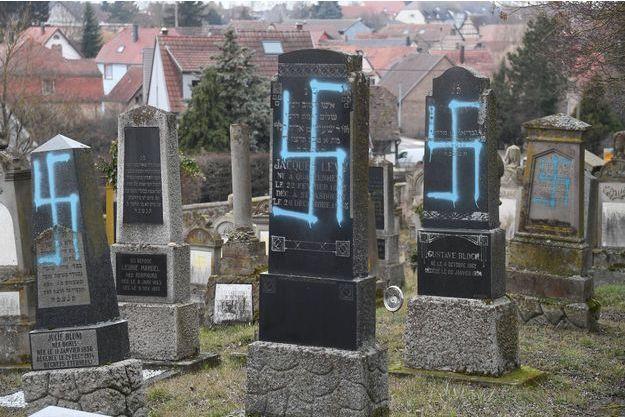 Les tombes du cimetière, installé à Quatzenheim, ont été marquées à la bombe de croix gammées bleues et jaunes.