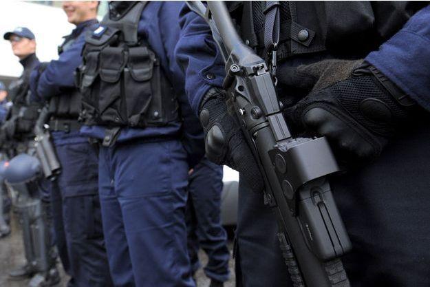 Un policier équipé d'un lanceur de balles de défense. (image d'illustration)