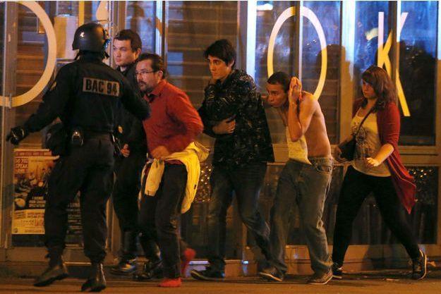 La police évacue des gens près du Bataclan (image d'illustration).