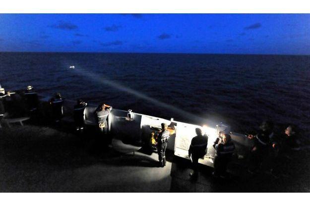 A bord de «La Somme», des marins français dirigent un projecteur sur une embarcation potentiellement pirate en avril 2010, au large de la Somalie.