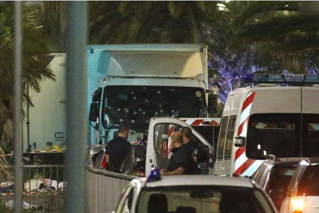 L'attentat de Nice, commis avec ce camion blanc, a fait au moins 77 victimes.