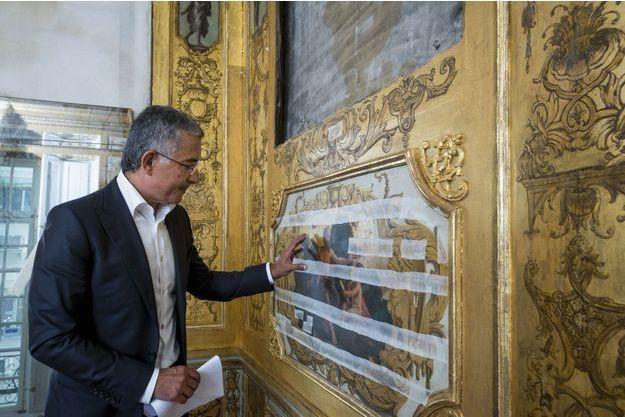 Lundi 15 juillet, Abdullah Bin Khalifa Al Thani dans le cabinet des Muses. Ces sparadraps empêchent les peintures de Le Sueur, détrempées, de se décoller.