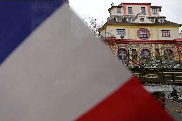 Un drapeau français devant la salle du Bataclan.