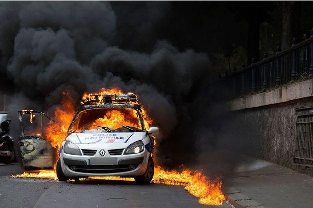 La voiture de police en flammes, le 18 mai 2016.