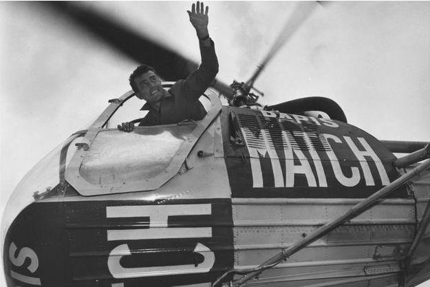 Louison Bobet, vainqueur du Tour 1953, a reçu le baptême de l'air dans l'hélicoptère Paris Match, au-dessus de l'aérodrome de Mérignac.