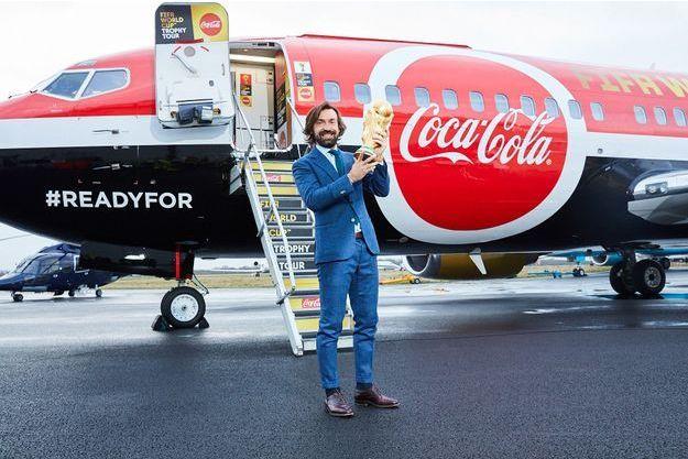 Andrea Pirlo a donné le coup d'envoi de la grande tournée du Trophée à Londres