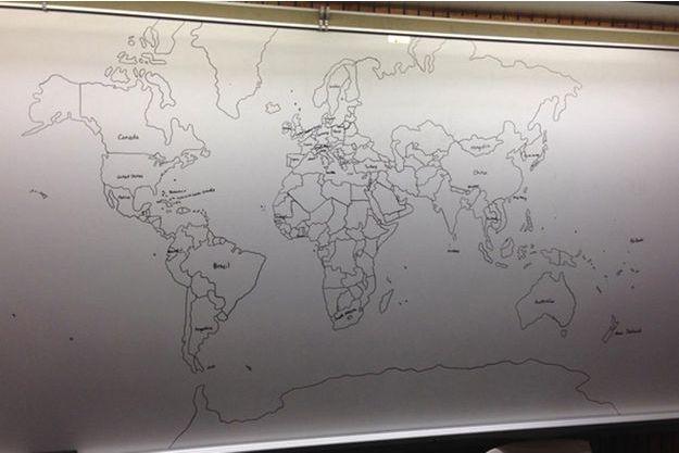 La carte du monde dessinée à main levée par l'enfant autiste.