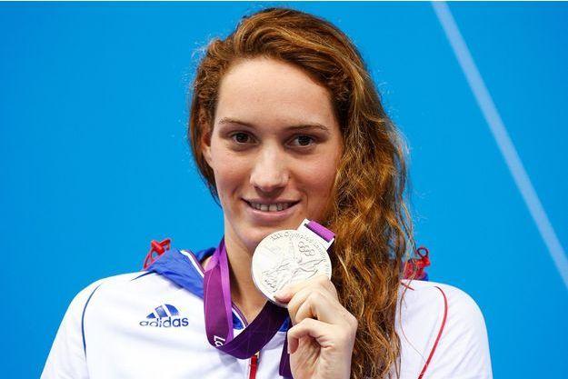 Le 31 juillet 2012, aux Jeux de Londres, Camille Muffat pose avec sa médaille d'argent.