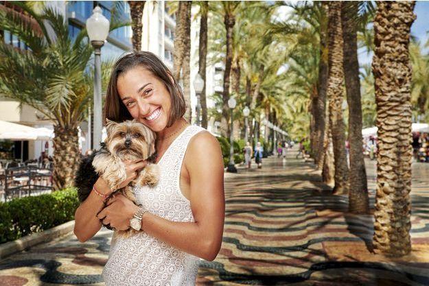 Alicante, Esplanada d'Espanya, le 30 avril. Endy partage la vie de Caroline depuis quatre ans. Il la suit partout, sauf en Extrême-Orient. « Il est toujours de bon poil », se réjouit sa maîtresse.