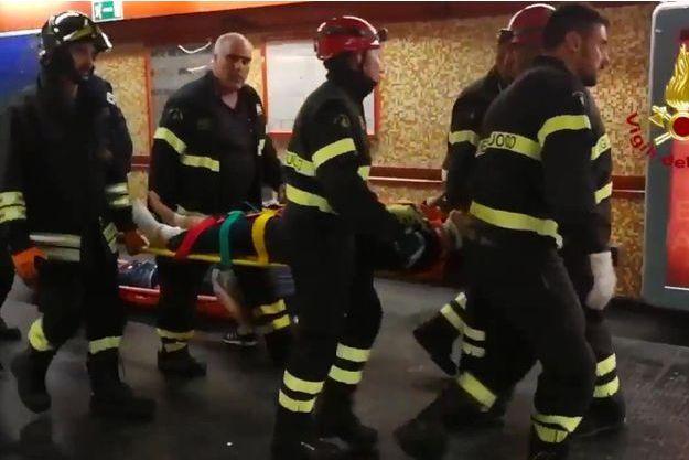 Les pompiers au secours des blessés après l'écroulement d'un escalier mécanique dans le métro de Rome.