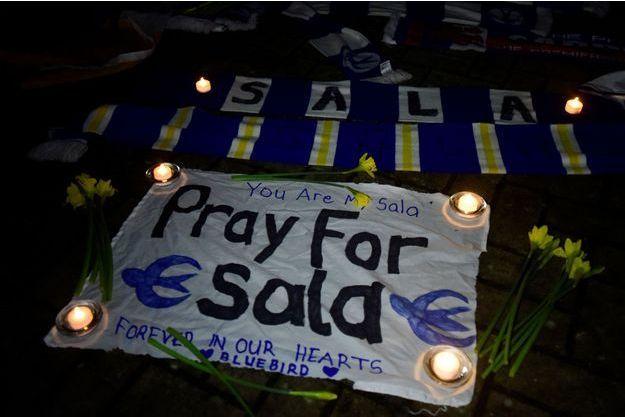Les supporters de Cardiff ont rendu hommage à Emiliano Sala mardi soir.