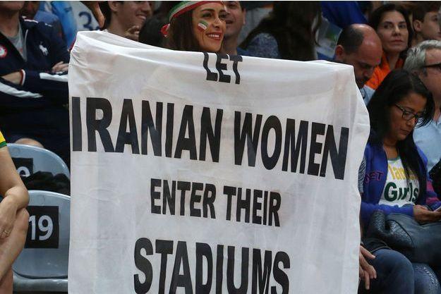 En 2016, aux Jeux olympiques de Rio, une femme apporte son soutien aux Iraniennes interdites de stade.