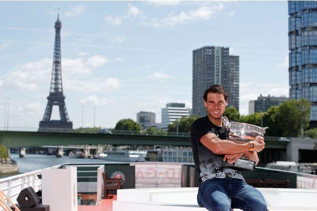 Raphael Nadal enlace la Coupe des Mousquetaires.